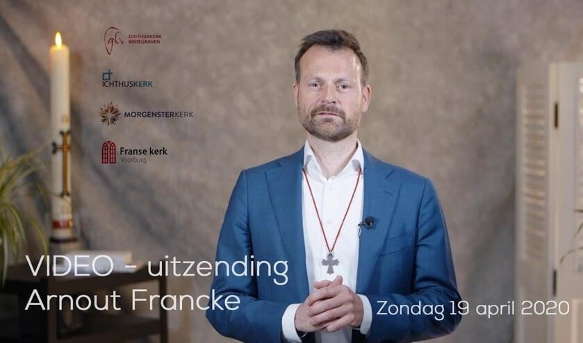 Ds. Arnout Francke tijdens een van zijn online kerkdiensten.