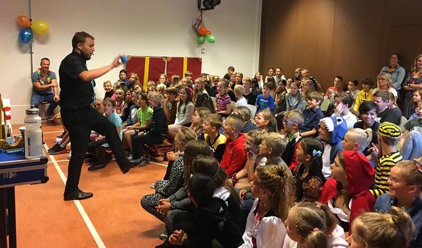 Leerlingen van de Willibrordschool zijn getrakteerd op een spectaculaire goochelshow.