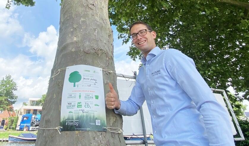 Mark Rotteveel toont een van de Tree Tags.