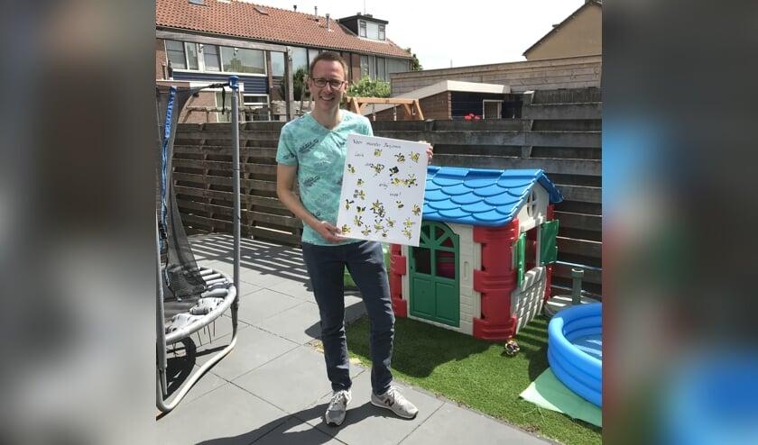 Benjamin Rutjens met een kunstwerk, door zijn stageklas voor de zomervakantie gemaakt als dank dat hij er was.