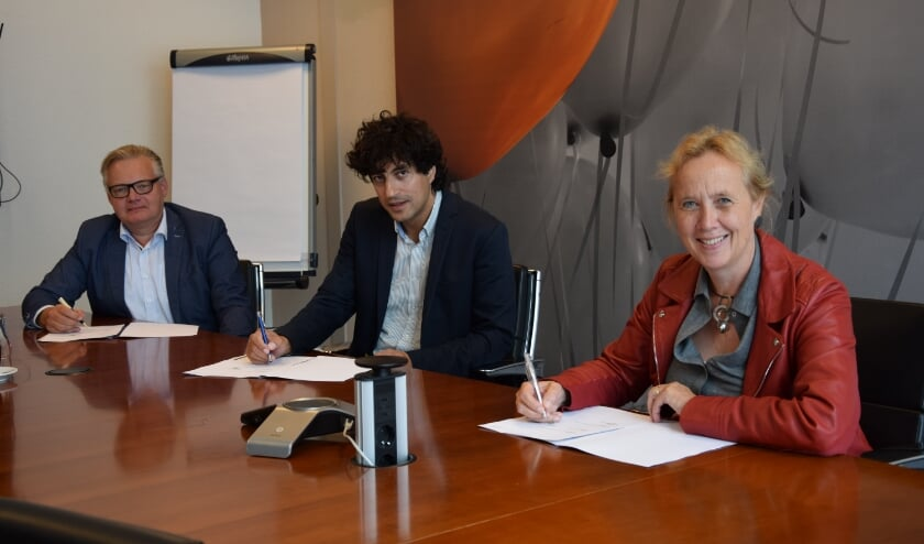 V.l.n.r.: Jan van Laake (directeur van het CIV Smart Technology, Johan de Haas (secretaris van OPBR) en wethouder Inge NIeuwenhuizen.