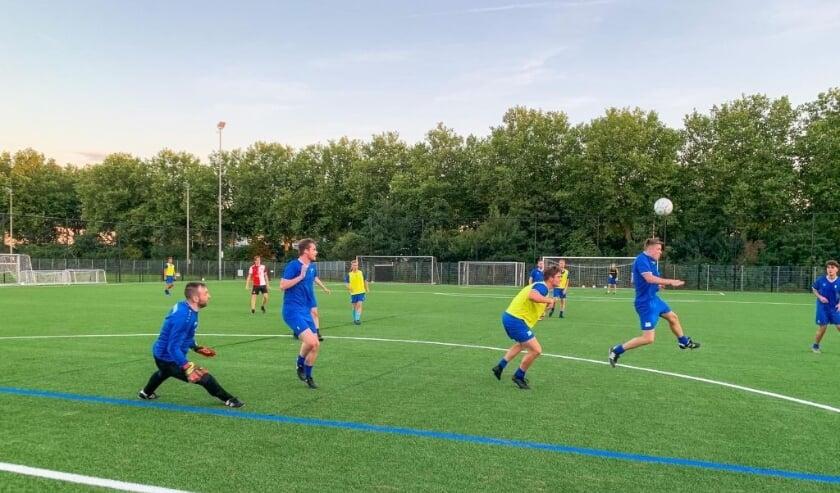 De spelers werkten zich bij de eerste training in het zweet. Beeld: Danny de Vries