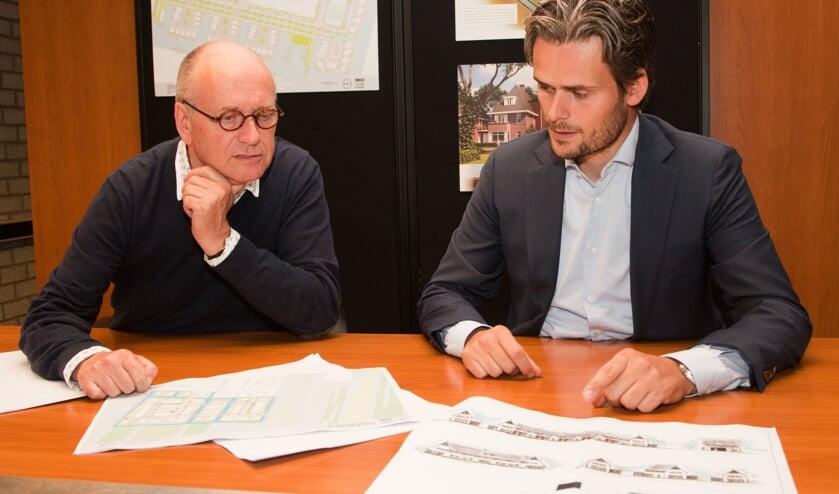 Vader en zoon De Vos bekijken de plannen voor Groen Dorpsveld