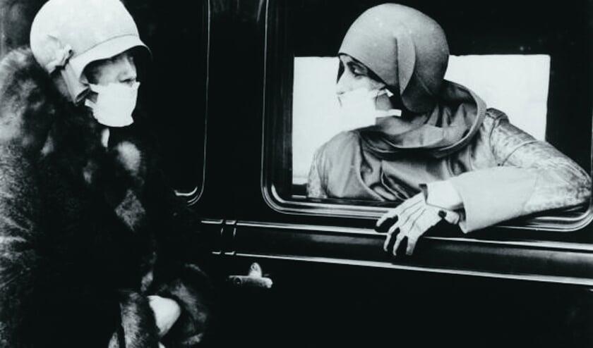 <p>Vrouwen met mondkapjes ten tijde van de Spaanse griep, ca. 1920. Bron: website designyoutrust</p>