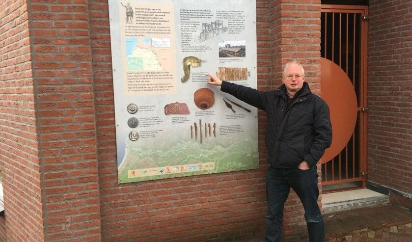 <p>John de Vries bij het door hem ontworpen informatiepaneel bij De Vierkom.</p>