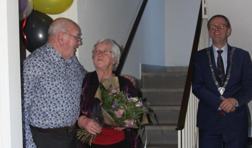 <p>Gijs en Jannie Bos-Vonk met op gepaste afstand burgemeester Van der Kamp.</p>