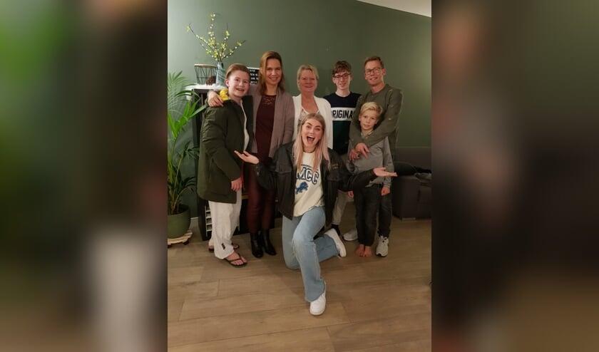<p>Familie De Hoog met in hun midden &#39;De Faker&#39; en op de voorgrond Marije Zuurveld.</p>
