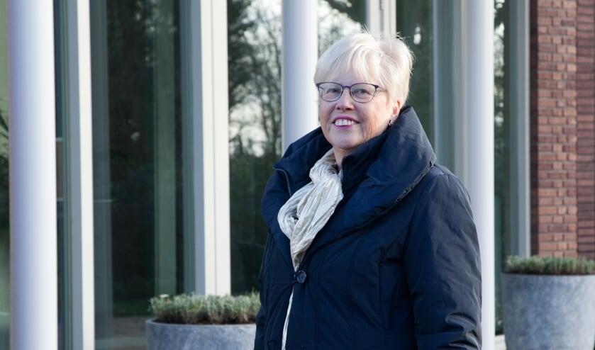 <p>Lizette Visscher bij de aula waarvoor zij zich sterk heeft gemaakt.</p>