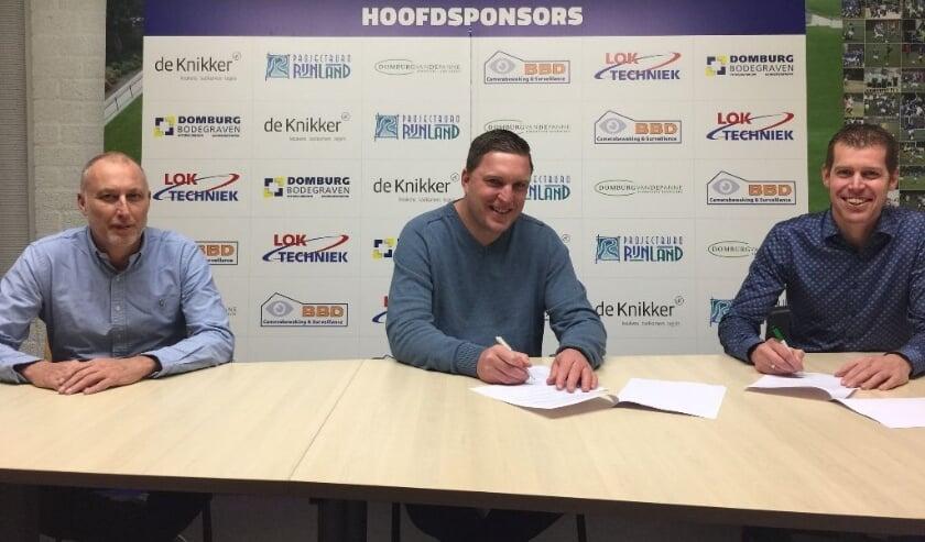 <p>Arjen Linstra (midden) verlengt zijn contract bij Rohda&rsquo;76. Rechts voorzitter Arjan Griffioen, links Hans-Wouter Valk van de technische commissie. </p>