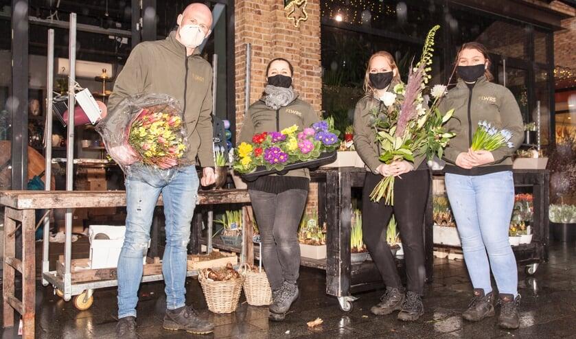 <p>&nbsp;Ben de Vries (links) van bloemenzaak FLWRS is blij dat hij nog mag verkopen.</p>