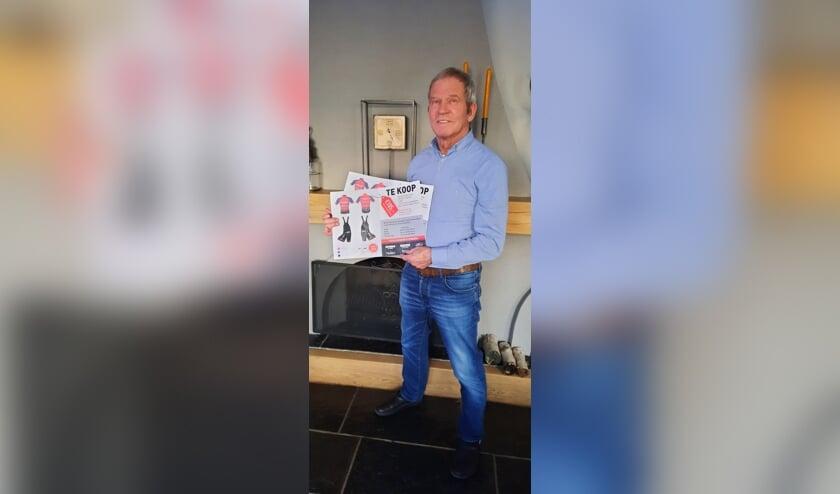 Jan Vermeulen met de poster voor de Reeuwijkse wielrenset.