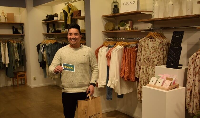 <p>Kim de Haan van kledingwinkel Pull of Polo in Bodegraven is zijn klanten dankbaar voor hun bestelling.</p>