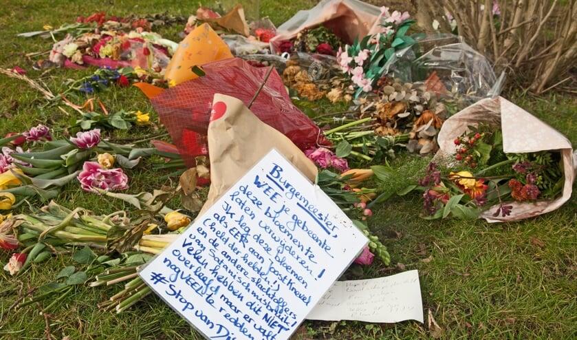 <p>De door actievoerders neergelegde bloemen. De genoemde Joost Knevel is oud-Bodegraver, gevlucht naar Spanje en een van drijvende krachten achter de complotbeweging.&nbsp;</p>
