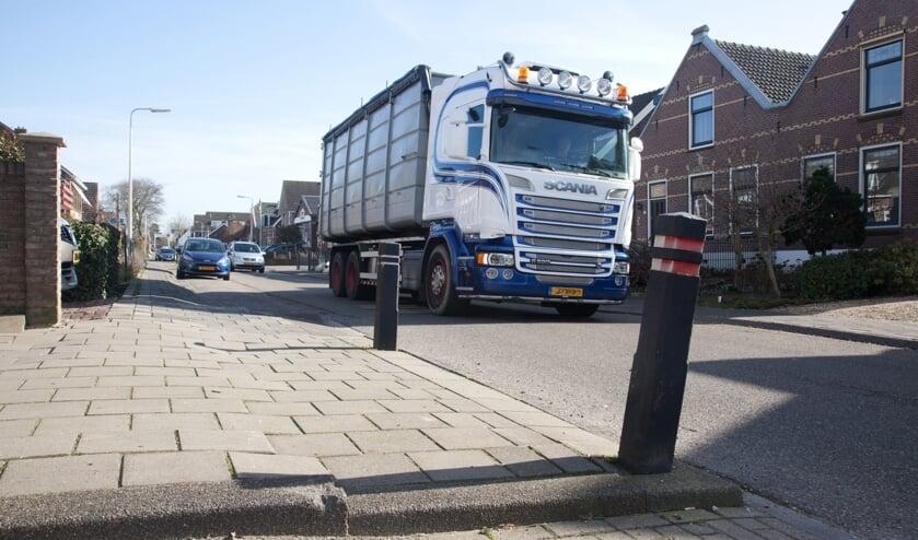 <p>Het zware vrachtverkeer vormt een extra belasting voor de Kerkweg.</p>
