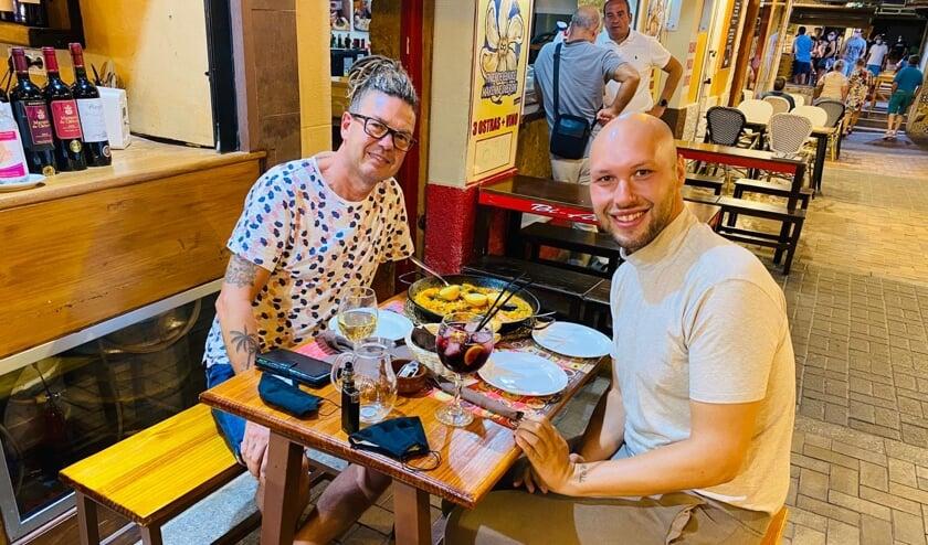 <p>William Heij met zijn vriend in een van de vele horecagelegenheden van Benidorm.</p>