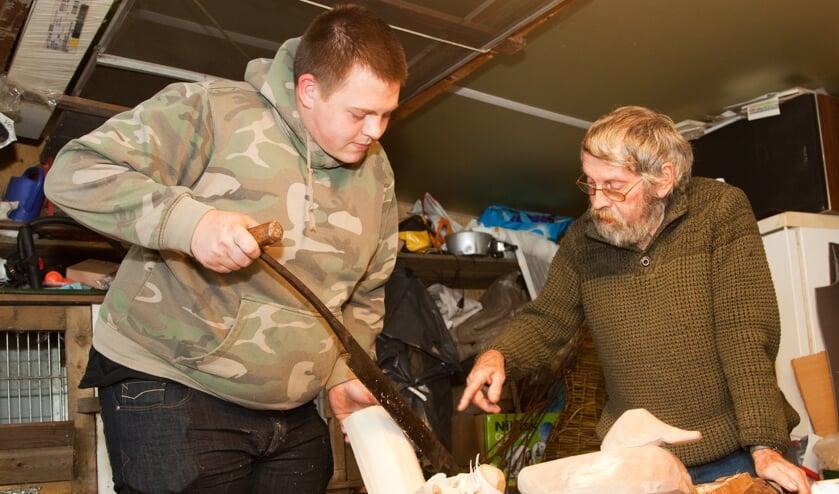<p>Kees Verkaik leert Jochem de beginselen van het snijden van lokeenden met het paalmes.</p>
