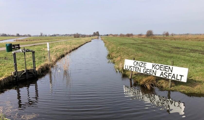 <p>Bewonerscomit&eacute; Bloemendaalseweg, Zuideinde, Reewal en Otweg plaatste protestborden tegen maatregel W24.</p>
