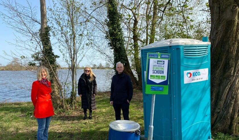 <p>Wethouder Kees Oskam, Saskia de Wit van stichting Promotie Bodegraven-Reeuwijk en Annemarie Visser van de Zwerfafval Challenge.</p>