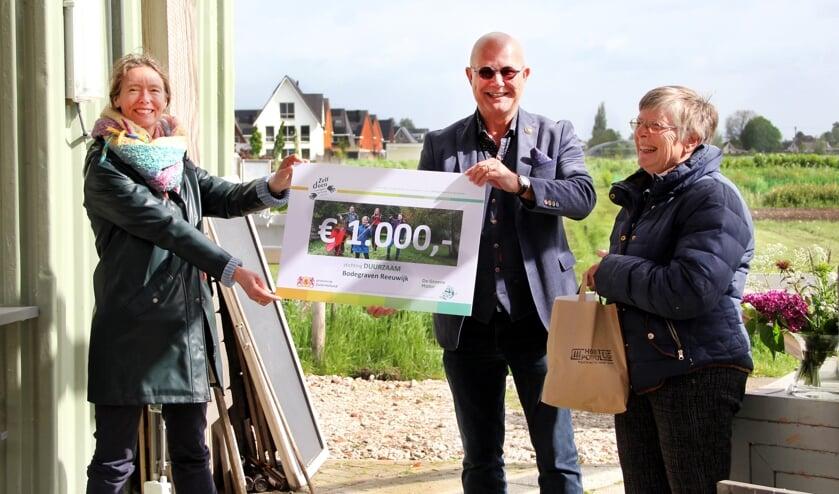 <p>Anne Koning, gedeputeerde provincie Zuid-Holland, Peter van Os, mede-bestuurslid stichting Duurzaam Bodegraven-Reeuwijk, en Esther van den Bor, voorzitter Hortus Populus.</p>
