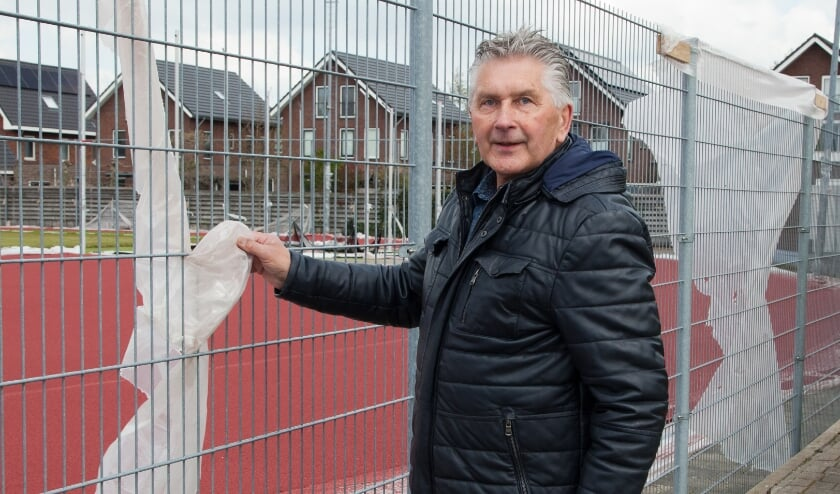<p>Wim Plokkaar bij de inmiddels kapot gewaaide afscherming.</p>