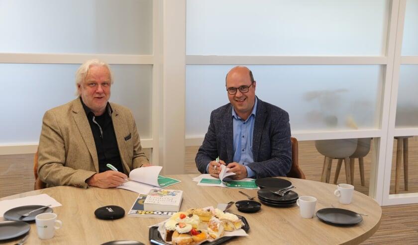<p>Harry Steenhuizen van Octobox (links) tekent de samenwerkingsovereenkomst met Bart Lageweg van Bizway (rechts).</p>