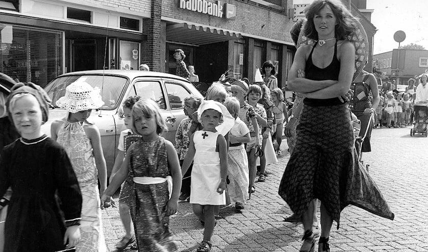 <p>Optocht Vakantiespelen 1975.</p>