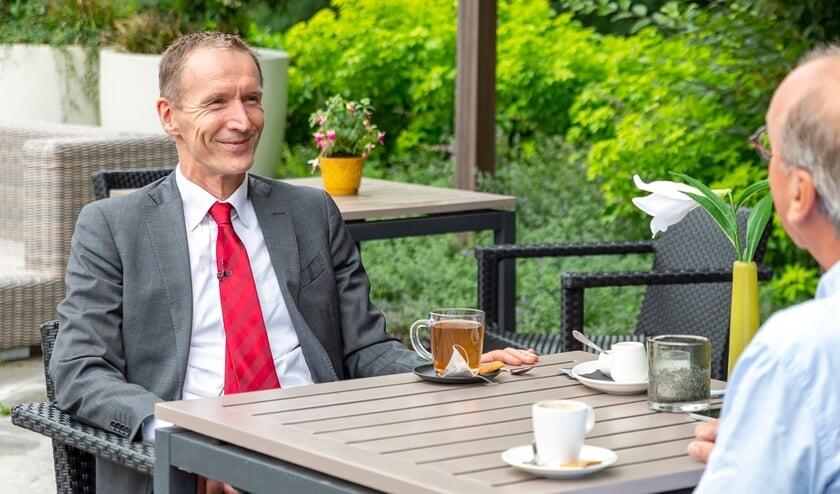 <p>Waarnemend burgemeester Erik van Heijningen (links) in gesprek met Henri Stolwijk</p>