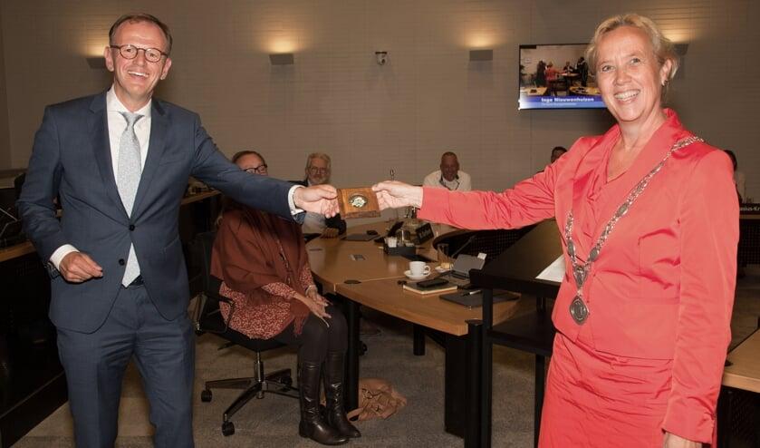 <p>Locoburgemeester Inge Nieuwenhuizen overhandigt de erepenning</p>