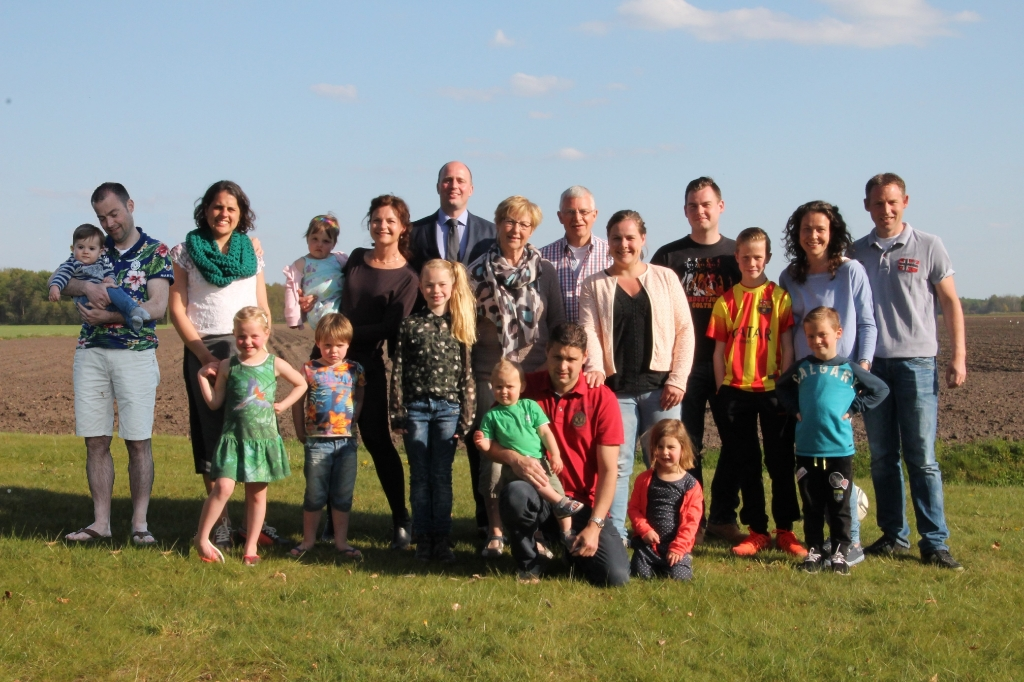 André met kinderen en kleinkinderen waarvan er ten tijde van de foto nog één geboren moest worden.   © hartvanlansingerland