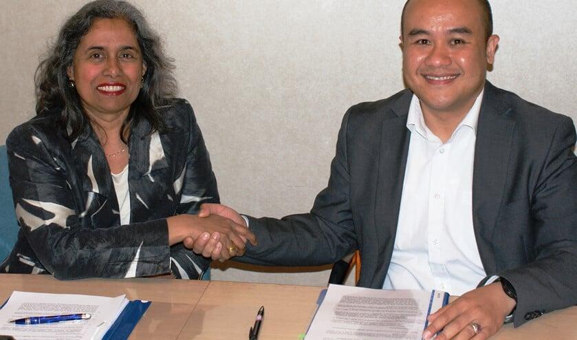 Iris Bandhoe van GGZ Delfland en Guntur Sandino van CleVR ondertekenden maandag een langdurige samenwerkingsovereenkomst.