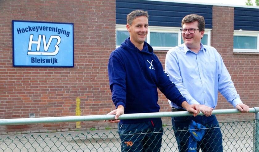Wolter Manders (links) was blij verrast met het extraatje. (Foto: archief)