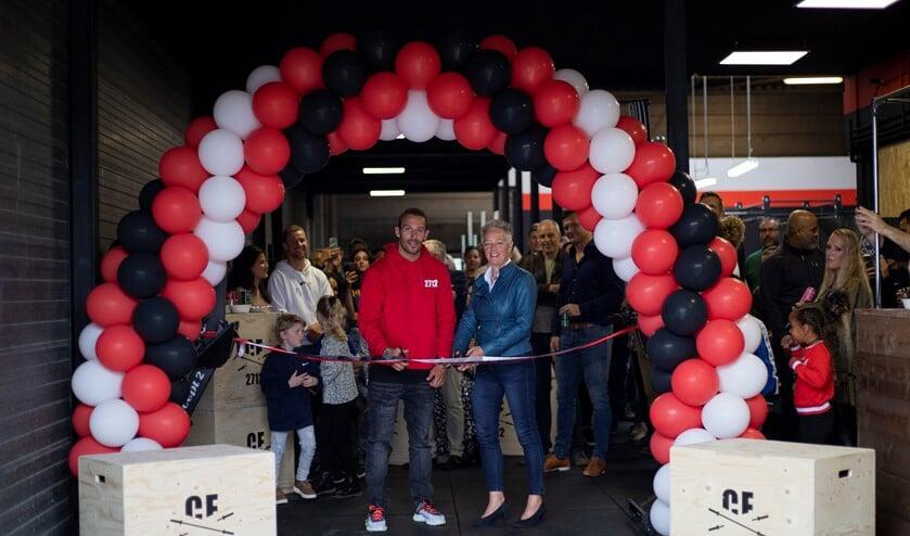 Eigenaar Tim Broekhoven en wethouder Ankie van Tatenhove openen de CrossFit box.