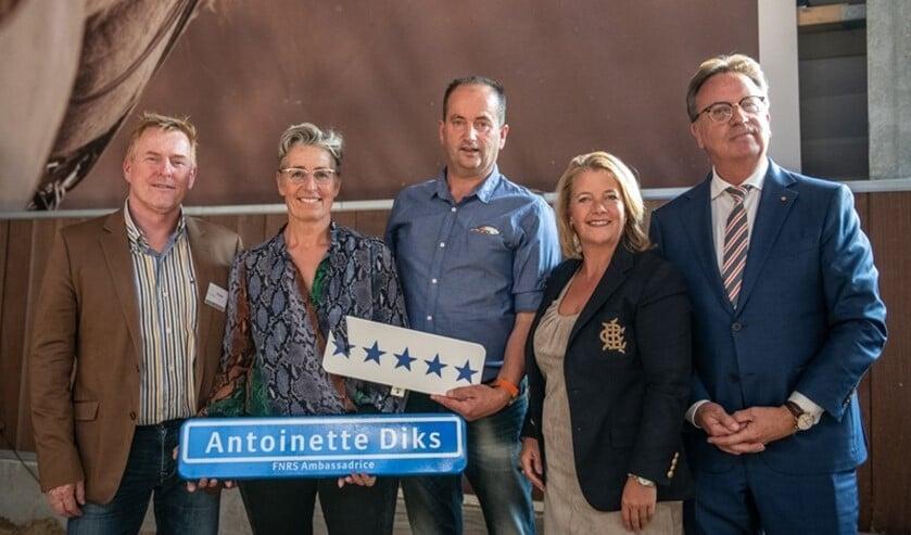 Voorzitter Peter Koenders, Antoinette Diks, Rob Diks, wethouder Kathy Arends en FNRS-directeur Haike Blaauw. (Foto: PR Manege Hillegersberg)