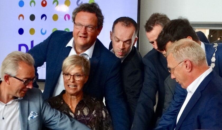 De openingshandeling door directie en burgemeester Van de Stadt vereist de nodige samenwerking.