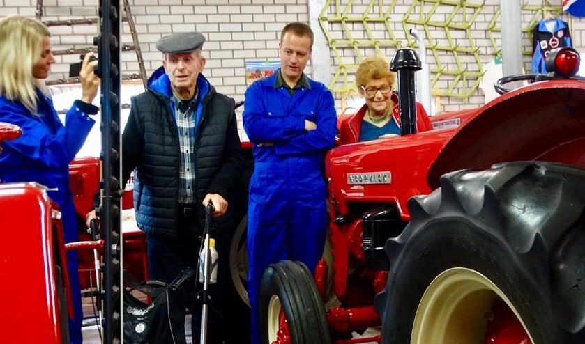 Bert Moleman kon zijn geluk niet op toen hij een tractor van dichtbij zag.