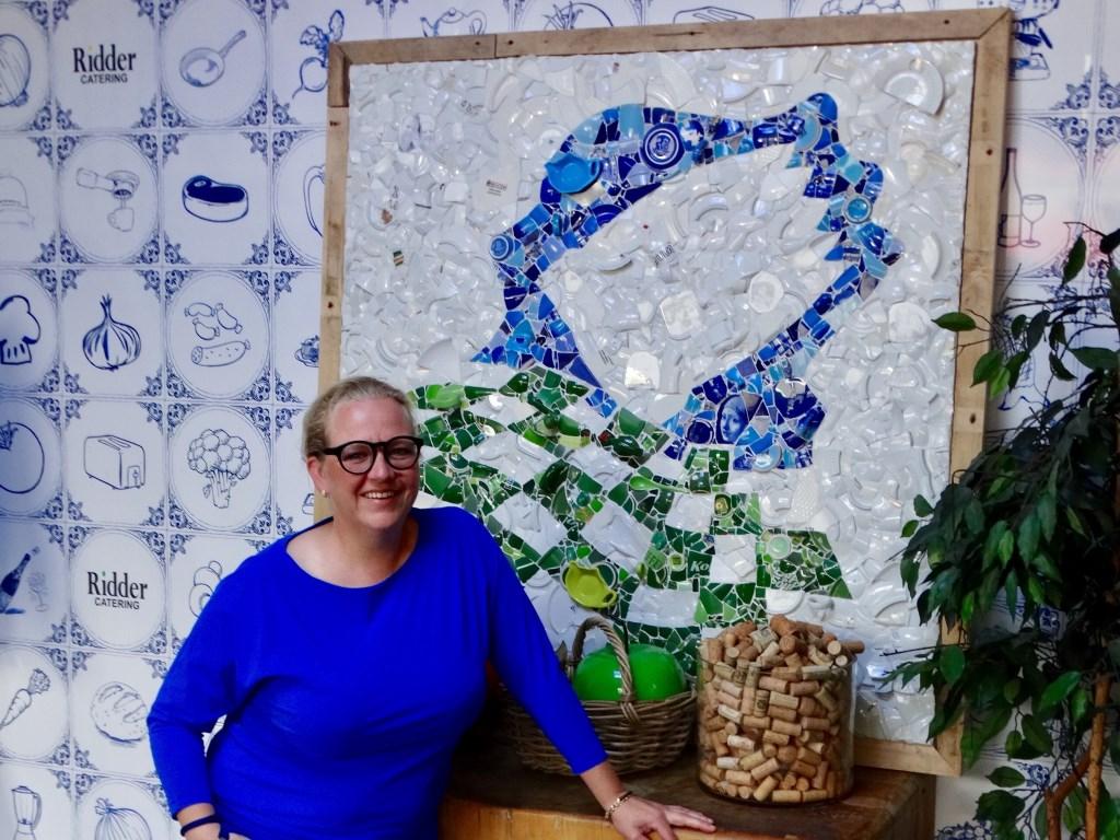 Izabella maakte tussen de bedrijven door dit levensgrote logo van mozaïek.  © hartvanlansingerland