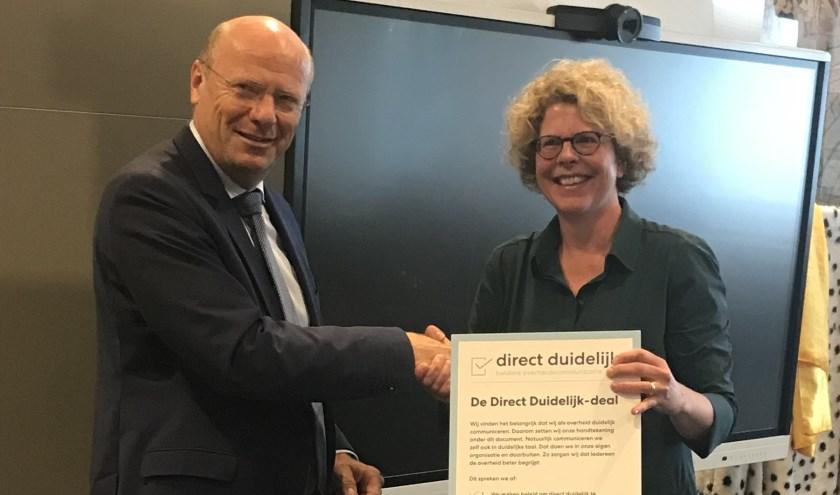 Dijkgraaf Toon van der Klugt en Kristel Dirkx, stuurgroeplid van het Netwerk Begrijpelijke Overheid (NBO).