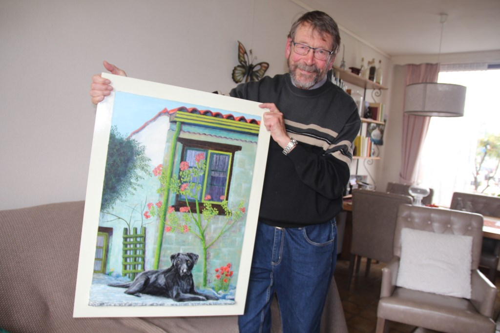 Cor schilderde een vakantiehuis waar ze ooit vertoefden in Zuid-Frankrijk en hun eigen vroegere labrador. (Foto: SO)   © hartvanlansingerland