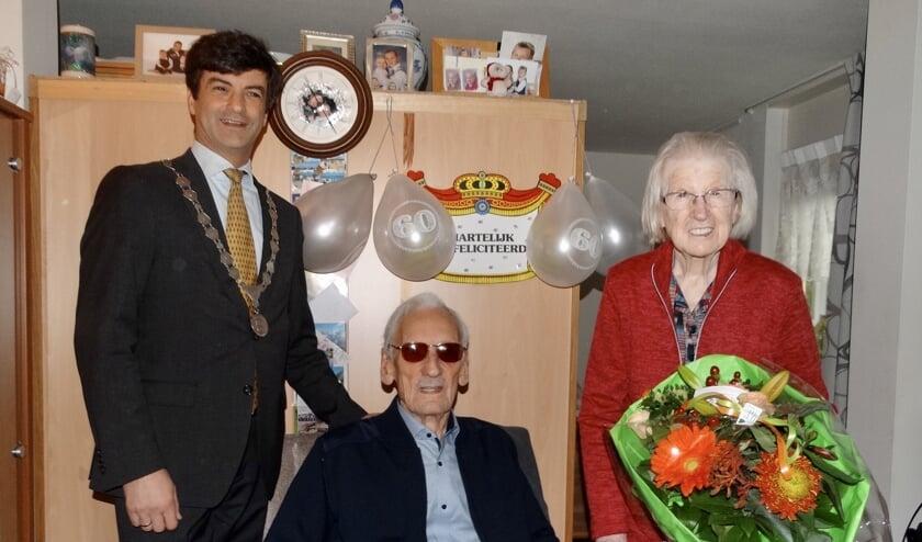 Wie 60 jaar getrouwd is gaat natuurlijk met de burgemeester op de foto. (Foto: avdH)
