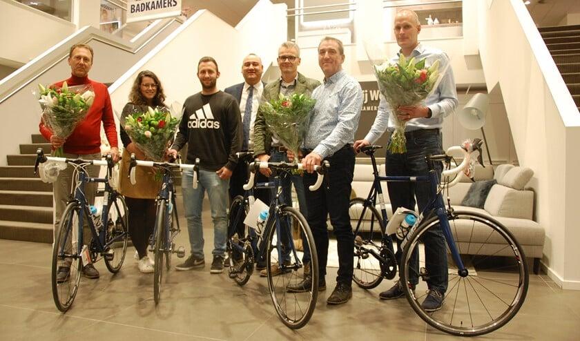 Vier gelukkige prijswinnaars met Jan Jansen en Danny dos Santos. (Foto: PR)