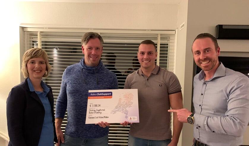 Eelco en Susanne van de vestiging Rabobank Zuid-Holland Midden reikten de cheque uit aan Gertjan en Marco van het Jeugdfestival Berkel en Rodenrijs. (Foto: PR)