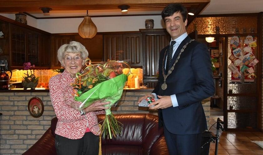 Ans Campenhout kreeg bezoek van de burgemeester. (Foto: AB)