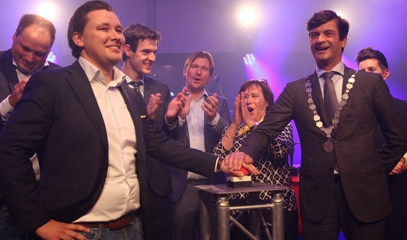 Burgemeester Pieter van de Stadt en eigenaar David van Duijn van Mafico stellen met een druk op de rode knop het nieuwe bedrijfspand in gebruik. (Foto: SO)