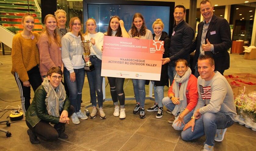 De winnende scholieren met de juryleden, de organisatoren én de cheque. (Tekst en foto: Sjaak Oudshoorn