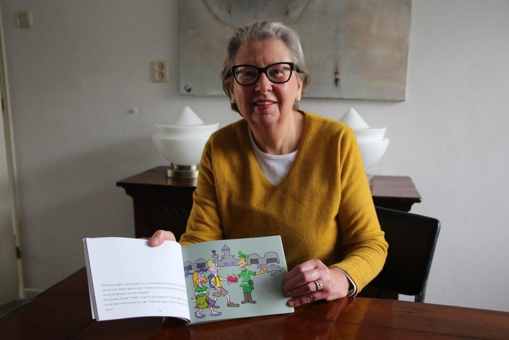 Geertje Ruigrok-Witte met het boekje.   © hartvanlansingerland