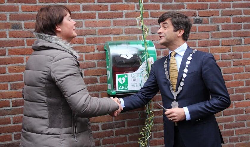 De officiële onthulling door initiatiefneemster Nicolette Bakker en burgemeester Pieter van de Stadt. (Foto: SO)