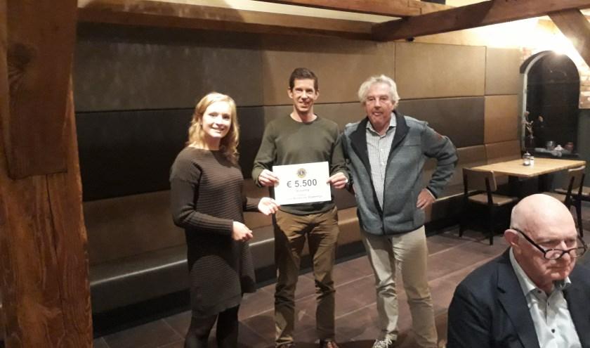 Harry Overtoom van de Lions reikte de cheque uit aan Paul Zantman en Inge Vijverberg van Scouting Olave St. Clair. (Foto: PR)
