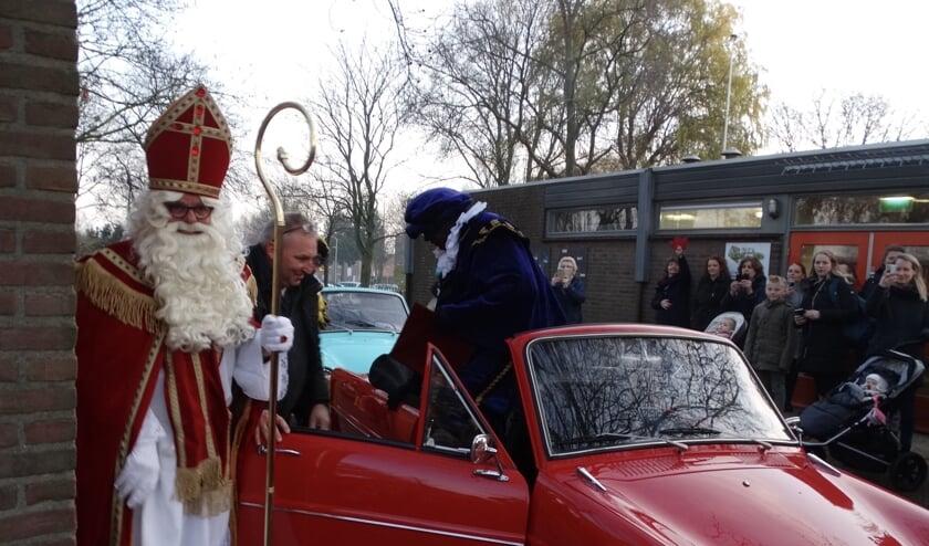 Sinterklaas kwam in een oude Daf op bezoek bij De Wiekslag. (Foto: AvdH)