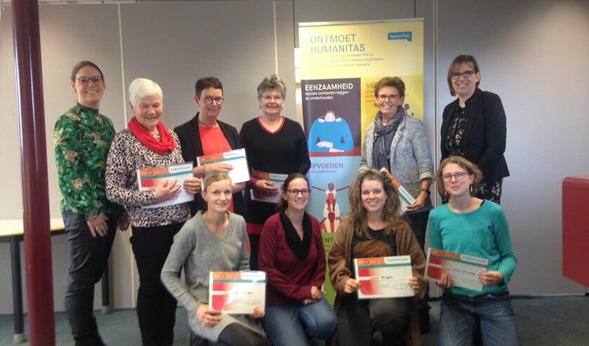 Acht nieuwe vrijwilligers die de voorbereidende training afrondden kregen hun certificaat uitgereikt. (Foto: PR)