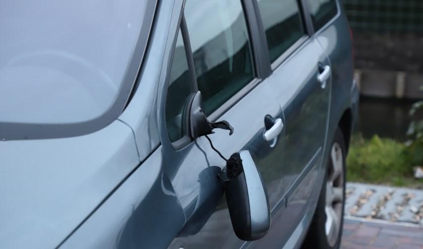 Tientallen auto's over een groot gebied werden beschadigd.